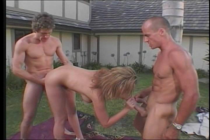 Hard geneukt in haar mond kut en anus  in deze trio sex