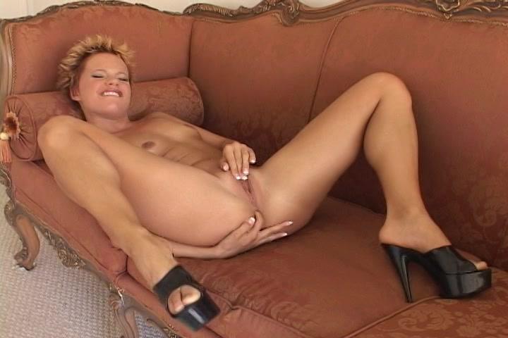 Tegelijk vingert ze haar kut en anus en krijgt ze een orgasme