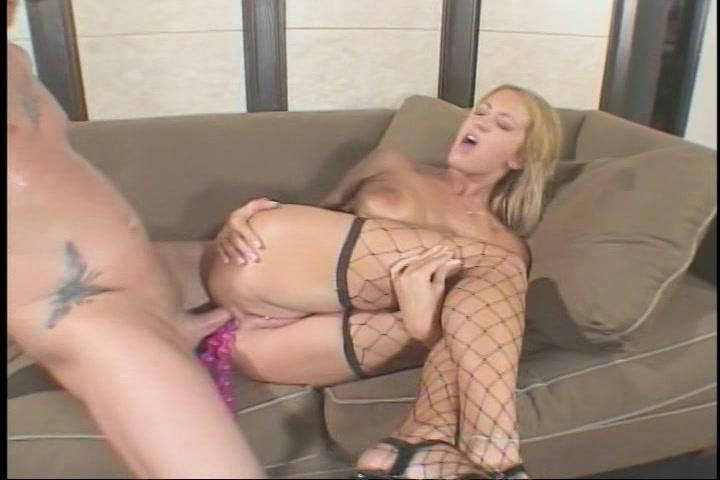 Tussen de sex speeltjes die in haar anus zitten neukt hij haar anal