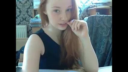 Roodharig tiener meisje mastubeerd voor de webcam