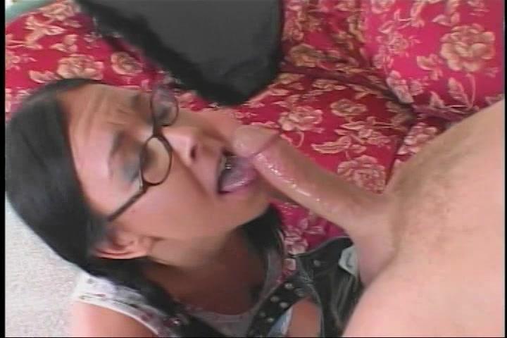 Brildragend meisje voor de eerste keer anal geneukt