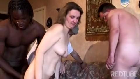 Na zelf te zijn gepijpt doet zijn vrouw in een gangbang mee