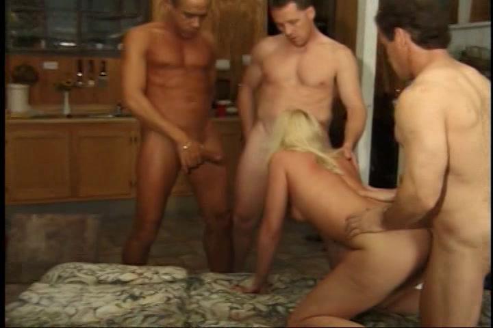 Drie oudere mannen laten zich pijpen en neuken het meisje
