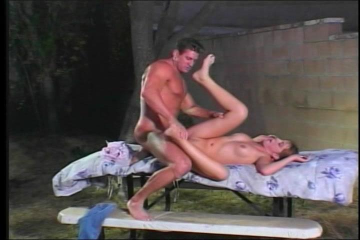 Geil meisje geneukt op de picknick tafel