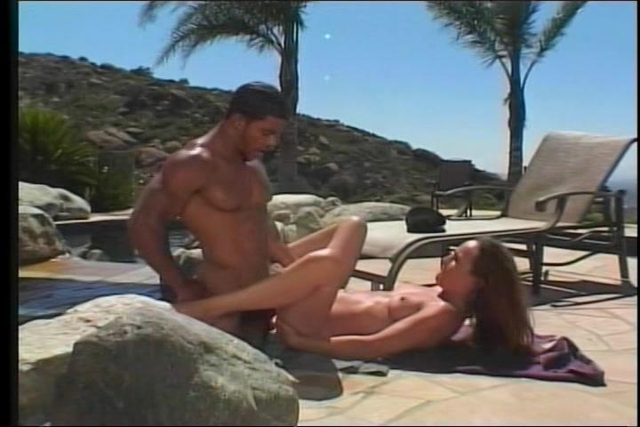 Het meisje pijpt en word op sex vakantie geneukt door een neger lul