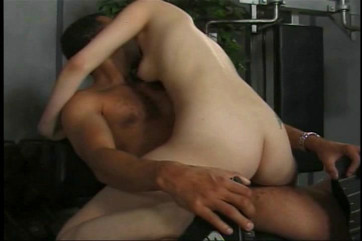 De man beft en neukt het natte kutje van het meisje