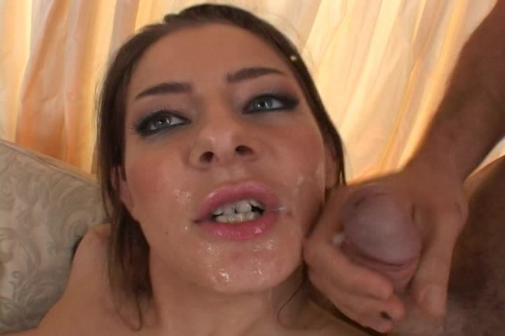 Tijdens het neuken word haar mond vol sperma gespoten