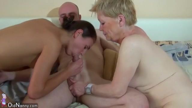 Meerdere stellen in een trio sex met een oudere vrouw