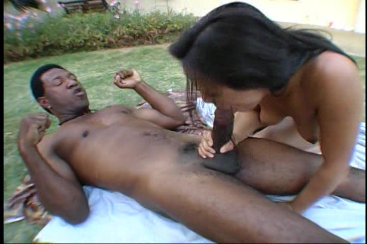 Na de striptease pijpt ze de neger lul terwijl hij haar beft