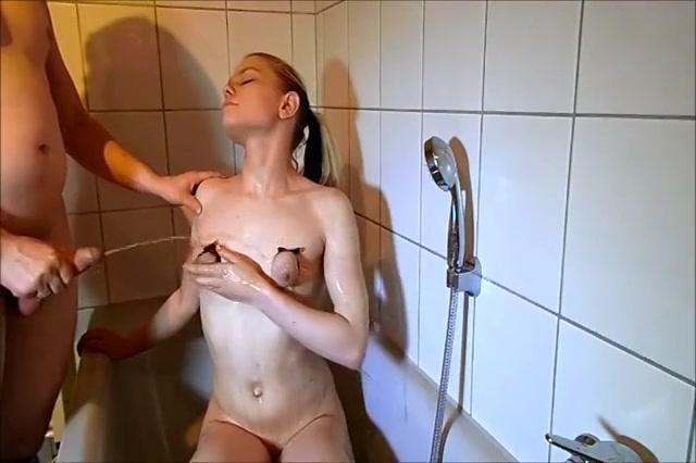 Haar afgebonden tietjes worden onder geplast en vol sperma gespoten