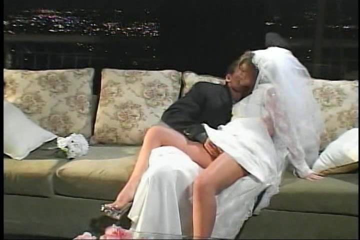 In haar huwelijks nacht geneukt in haar kut en anus
