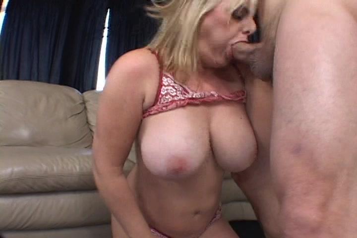 Ze neemt de stijve lul in haar mond tussen de dikke tieten en in haar kut