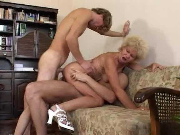 Twee jongens neuken de oude geile huisvrouw en geven haar een dp