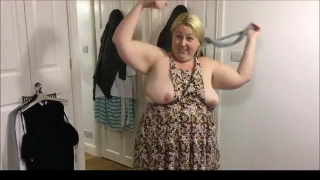 De dikke vrouw showt haar grote hang tieten
