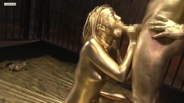Nadat de slaaf en de meester zijn verguld vingert en neukt hij het Aziatische meisje