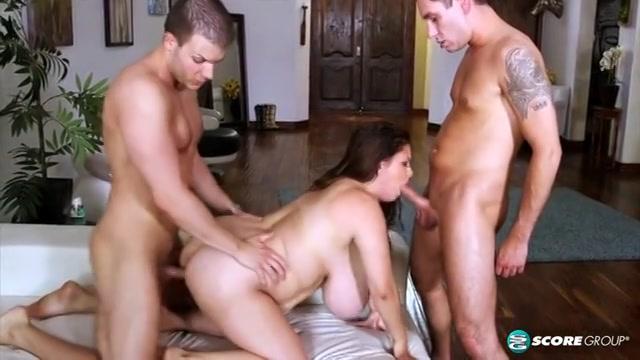 In deze trio sex neuken de stijve lullen de dikke vrouw met grote borsten