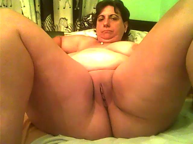 Deze geile huisvrouw stopt ballonen in haar kut en anus en mastubeerd