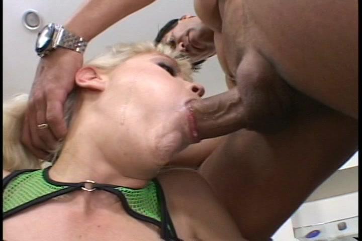 Met zijn grote lul neukt hij de mond van dit blondje