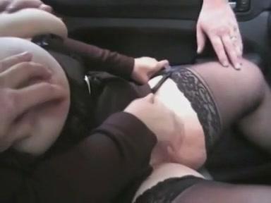 Twee mannen vingeren de hoer laten haar pijpen en neuken haar