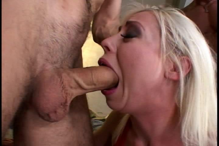 Met geweld neuken de twee grote lullen de kut en mond van de blondine