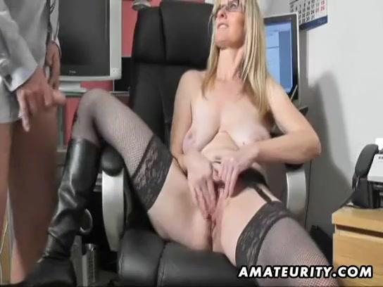 Trekkend aan zijn penis kijk hij toe hoe zij masturbeert