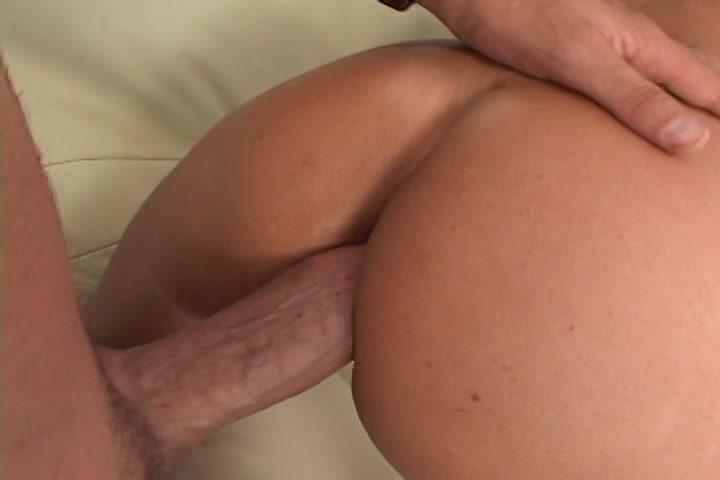 De grote lul van de jongen neukt de anus van deze geile milf