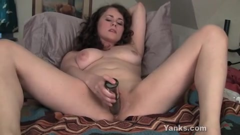 Mooie milf is blij met haar tarzan dildo