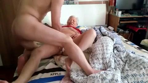 De jongeman neukt en spuit de kut van de Aziatische oma vol sperma