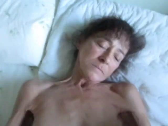 Oma masturbeert met sex toy's en word geneukt
