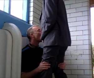 Een gay blowjob op een openbaar toilet