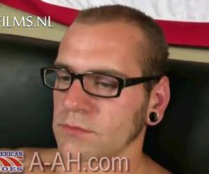 Gespierde stoere gay soldaat trekt aan zijn grote lul