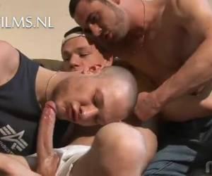 Een trio met een jonge knul en twee mannen