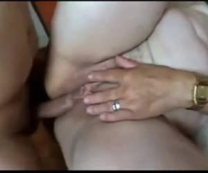 Blonde milf heeft sex met drie mannen