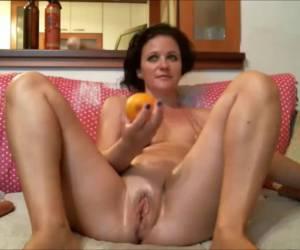 Extreem kinky milf masturbeert voor de cam