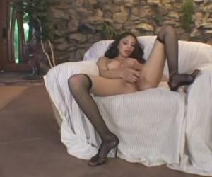 Jong meisje in sexy lingerie geeft een striptease en mastubeerd