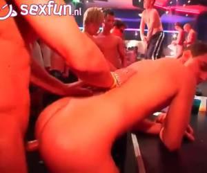 Anal neuken op de ritme van muziek op deze homo party