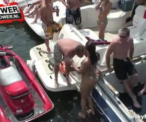Geile bisex meisjes op het water