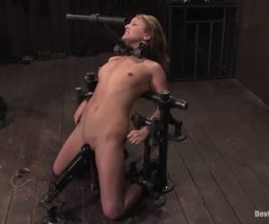 Voor de webcam neukt het meisje haar anus met haar vuist