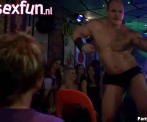Dit feest loopt uit op een orgy!