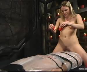 Vingerend klaarkomen terwijl de grote negerlul haar anal neukt