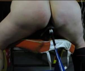 Een neukmachine voor zijn dikke slavin
