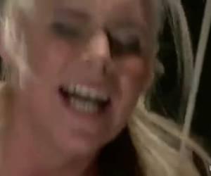Rondborstige blonde meid laat zich vrijwillig pijn doen