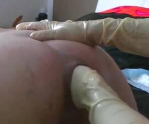 Een beetje anaal boter en die hand glijd zo naar binnen