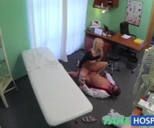 Leuke blondine voor de webcam
