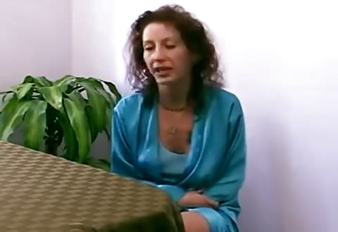 Deze opgewonden huisvrouw laat zich thuis filmen terwijl zij zuigt en geketst word