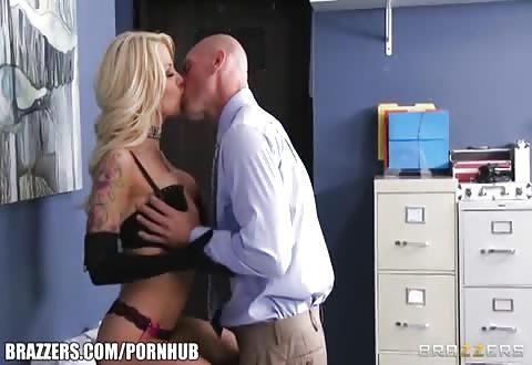 Wellustig blonde milf wacht hem op in wellustig lingerie
