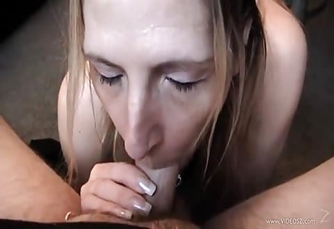 Hij filmt zij zuigt en trekt de stijve jongeheer af