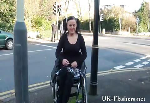 mokkeltje in rolstoel laat in het publiekelijk haar pruim en melkzwabbers zien